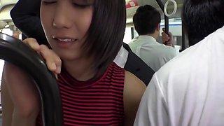 Une etudiante asiatique baisee dans un bus