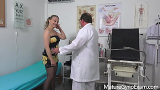 Horny mature woman's old pussy exam