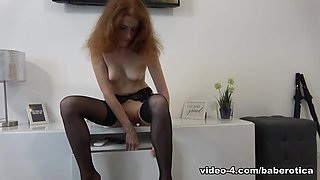 Foxy Lee spends some quality time by pleasuring her pussy - Baberotica