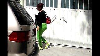 Madura nalgona en la calle con leggins