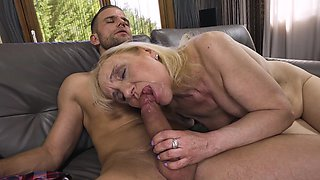 A rough scene of deep sex for the mature aunt who's a slut