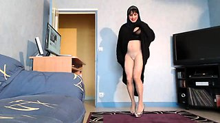 Seductive brunette mom flashes her fabulous body on webcam