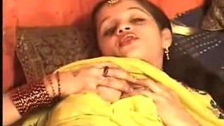 Hawt Northindian B Grade Actress Expose Her Bra Buddies & Love Tunnel